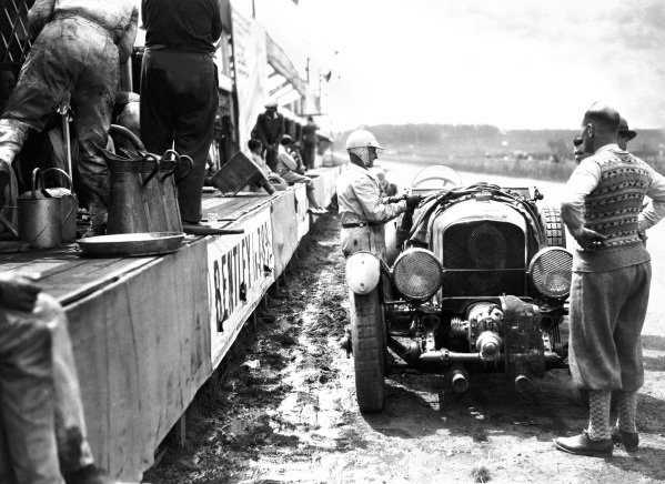 Le Mans, France. 21st - 22nd June 1930. Henry Birkin/Jean Chassagne, (Bentley C Blower), retired, pit action. World Copyright: LAT Photographic. ref: