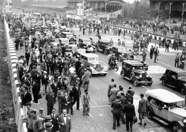 1936 Italian Grand Prix.Monza, Italy. 13 September 1936.Fans invade the track after the race, atmosphere.World Copyright: Robert Fellowes/LAT PhotographicRef: 36ITA15