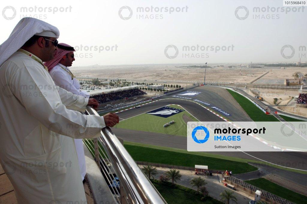 Fans watch the action. Formula One World Championship, Rd 4, Bahrain Grand Prix, Race Day, Bahrain International Circuit, Sakhir, Bahrain, Sunday 26 April 2009.  BEST IMAGE