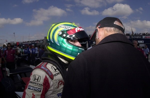 Tony Kanaan talks to team boss Mo Nunn prior to qualifying eighth for the Rockingham 500.  Rockingham Motor Speedway, Corby, GBR.  13  Sept., 2002. CC15A