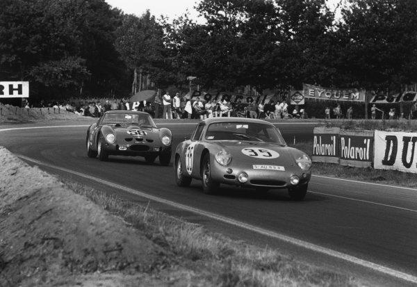 Le Mans, France 23rd - 24th June 1962.Robert Buchet/Heinz Schiller (Porsche 695 GS), 12th position, leads Nino Vaccarella/Giorgio Scarlatti (Ferrari 250 GTO), retired, action. World Copyright: LAT Photographic.Ref: 9951F - 14-14A.