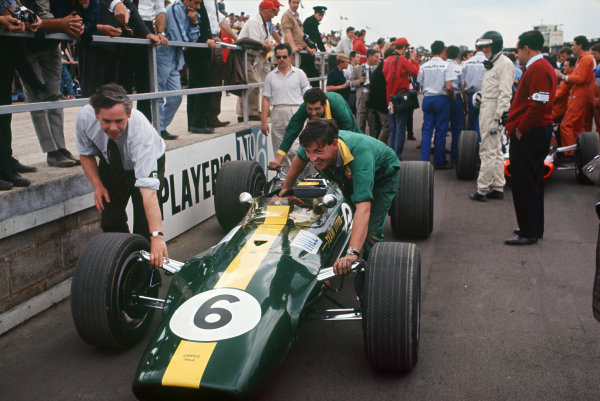 Silverstone, England. 13th-15th July 1967.  Keith Duckworth and Lotus mechanics push Graham Hill's Lotus 49-Ford on the grid as Jochen Rindt looks on.  Ref: 67GB04. World Copyright: LAT Photographic