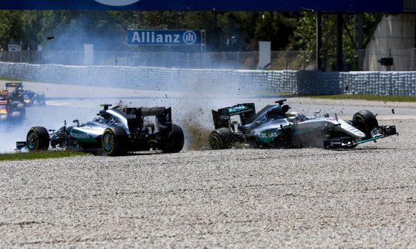 Circuit de Catalunya, Barcelona, Spain.  Sunday 15 May 2016. Lewis Hamilton, Mercedes F1 W07 Hybrid, and Nico Rosberg, Mercedes F1 W07 Hybrid, collide on the opening lap of the race. World Copyright: Zak Mauger/LAT Photographic ref: Digital Image _L0U9893