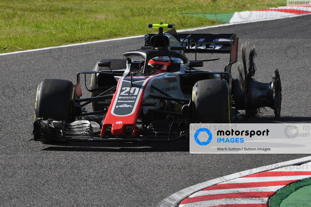 Kevin Magnussen, Haas F1 Team VF-18 with puncture