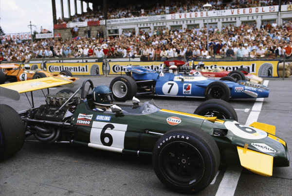Jacky Ickx, Brabham BT26A Ford, prepares for the start alongside Jackie Stewart, Matra MS80 Ford and Jochen Rindt, Lotus 49B Ford, on the front row of the grid.