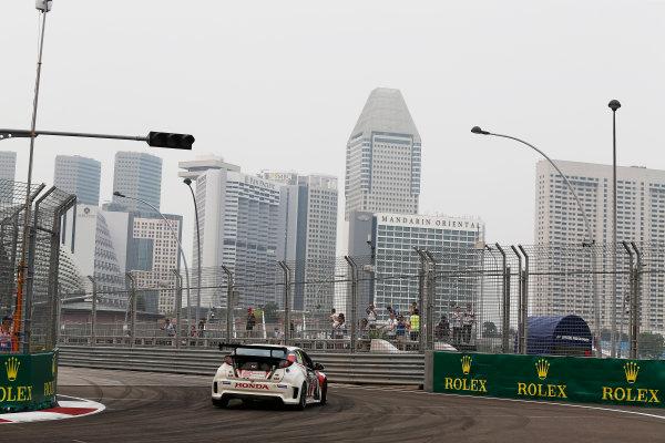 2015 TCR International Series Round 9. Marina Bay Circuit, Singapore. Friday 18 September 2015. Nicki Thiim, No.3 Liqui Moly Team Engstler. World Copyright: Sam Bloxham/LAT Photographic. ref: Digital Image _SBL6119