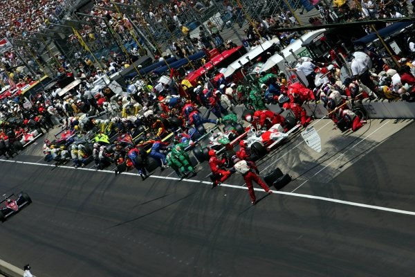 Pits stops during the Indianapolis 500.IRL IndyCar Series, Rd5, 89th Indianapolis 500, Indianapolis Motor Speedway, Indianapolis, USA. 29 May 2005.DIGITAL IMAGE
