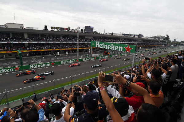 Daniel Ricciardo, Red Bull Racing RB14, Max Verstappen, Red Bull Racing RB14 and Lewis Hamilton, Mercedes AMG F1 W09 EQ Power+ at the start of the race