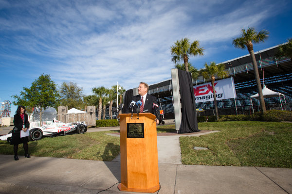 Dan Wheldon Memorial and Victory Circle unveiling ceremony: St. Petersburg mayour Bill Foster