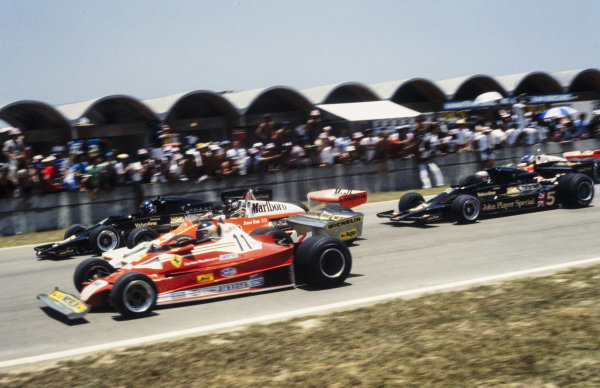 Carlos Reutemann, Ferrari 312T2, James Hunt, McLaren M26 Ford and Ronnie Peterson, Lotus 78 Ford battle for the lead at the start ahead of Mario Andretti, Lotus 78 Ford.