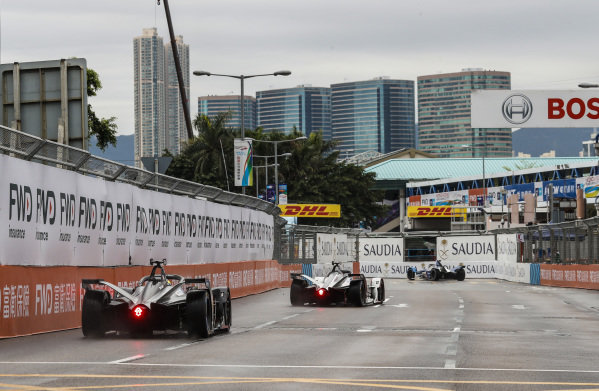 Alexander Sims (GBR) BMW I Andretti Motorsports, BMW iFE.18 leads Jose Maria Lopez (ARG), GEOX Dragon Racing, Penske EV-3 and Oliver Rowland (GBR), Nissan e.Dams, Nissan IMO1