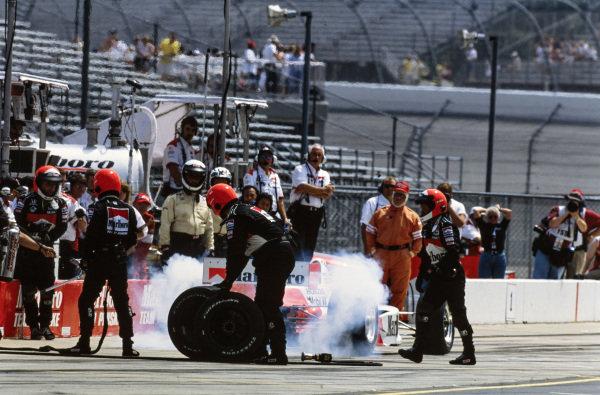 Hélio Castroneves, Team Penske, Reynard 01i Honda, completes a pitstop under Roger Penske's supervision.
