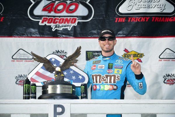 #18: Kyle Busch, Joe Gibbs Racing, Toyota Camry M&M's Hazelnut in victory lane