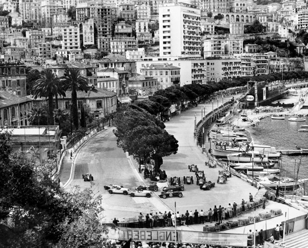 1960 Monaco Grand Prix. Monte Carlo. 29 May 1960. Jo Bonnier (BRM P48) leads Jack Brabham (Cooper T53-Climax), Tony Brooks (Cooper T51-Climax), Stirling Moss (Lotus 18-Climax - #28), Chris Bristow (Cooper T51-Climax) and the rest of the field at the start.  Ref- B&W Print. World Copyright: LAT Photographic