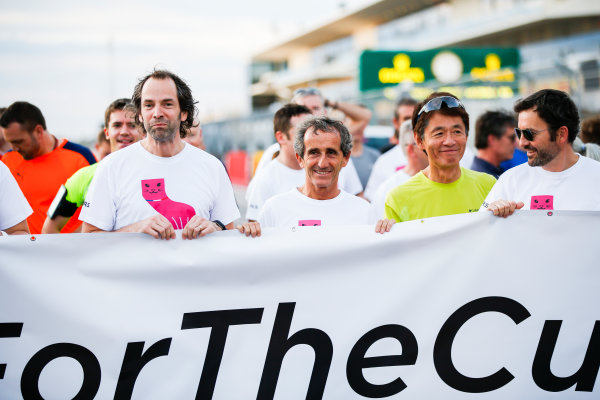 Circuit of the Americas, Austin, Texas, United States of America. Thursday 19 October 2017. Ciaron Pilbeam, Chief Race Engineer, Renault, and Alain Prost with a banner. World Copyright: Zak Mauger/LAT Images  ref: Digital Image _X0W3544