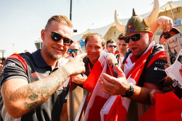 Yas Marina Circuit, Abu Dhabi, United Arab Emirates. Saturday 25 November 2017. Kevin Magnussen, Haas F1, meets some fans. World Copyright: Andy Hone/LAT Images  ref: Digital Image _ONY1112