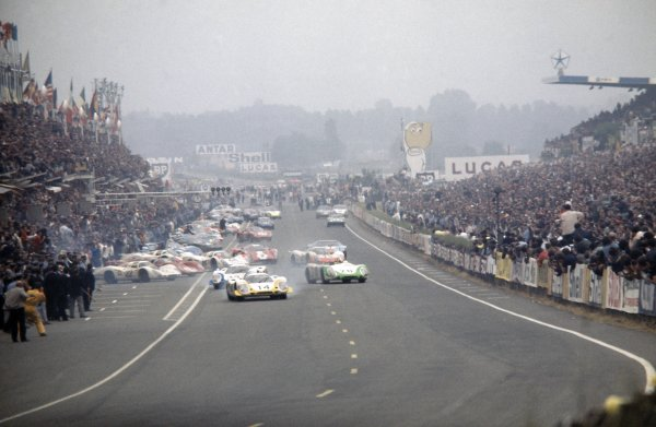Le Mans, France. 14-15 June 1969 Rolf Stommelen/Kurt Ahrens (#14 Porsche 917LH) leads Vic Elford/Richard Attwood (#12 Porsche 917LH) and Jo Siffert/Brian Redman (#20 Porsche 908) at the start World Copyright: LAT PhotographicRef: 35mm transparency 69LM02