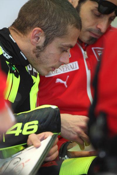 Valencia Test Nov 09-10Valentino Rossi Ducati in technical discussion with his crew