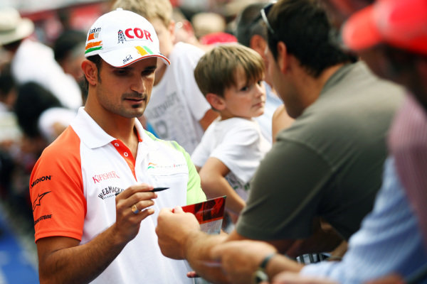 Vitantonio Liuzzi (ITA) Force India F1 signs autographs for the fans. Formula One World Championship, Rd 14, Italian Grand Prix, Preparations, Monza, Italy, Thursday 9 September 2010.