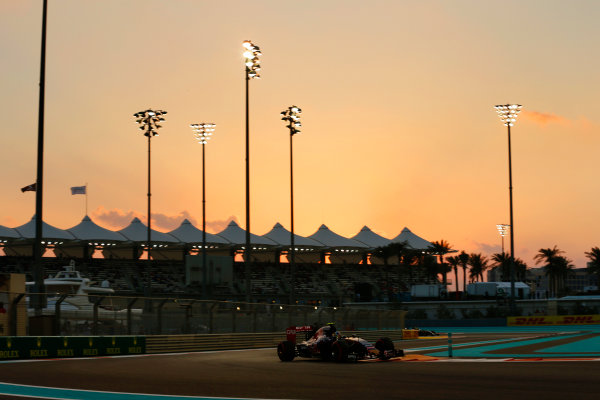 Yas Marina Circuit, Abu Dhabi, United Arab Emirates. Saturday 28 November 2015. Carlos Sainz Jr, Toro Rosso STR10 Renault. World Copyright: Steven Tee/LAT Photographic. ref: Digital Image _X0W5358