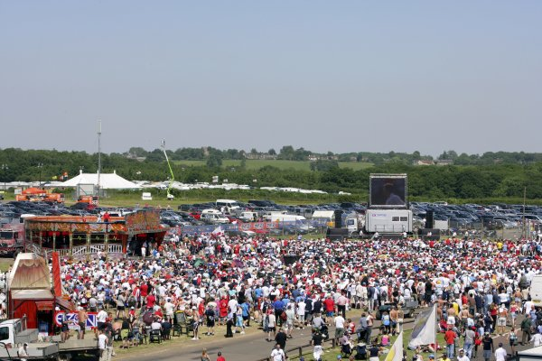 2006 British Grand Prix - Saturday Qualifying Silverstone, England. 8th - 11th June. Fans watch the England versus Paraguay World Cup match, atmosphere. World Copyright: Lorenzo Bellanca/LAT Photographic ref: Digital Image ZD2J3540