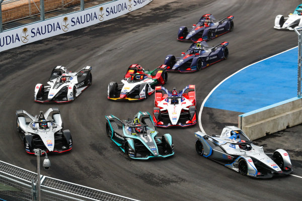 Edoardo Mortara (CHE) Venturi Formula E, Venturi VFE05 leads Nelson Piquet Jr. (BRA), Panasonic Jaguar Racing, Jaguar I-Type 3 and Oliver Rowland (GBR), Nissan e.Dams, Nissan IMO1 at the start