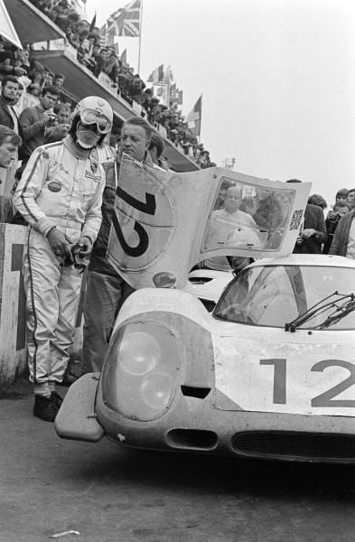 Vic Elford / Richard Attwood, Porsche System Engineering, Porsche 917 LH, pitstop and driver change.