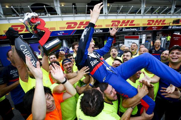 Daniil Kvyat, Toro Rosso, 3rd position, and the Toro Rosso team celebrate