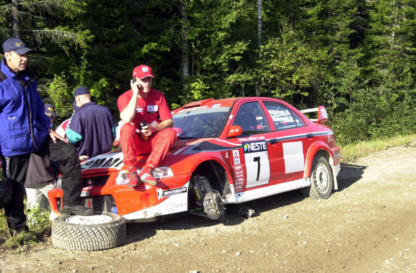 2001 World Rally Championship.Neste Rally Finland. Jyvaskyla, August 24-26, 2001.Tommi Makinen calls for help after hitting a tree stump 5 5 Km into the first stage.Photo: Ralph Hardwick/LAT