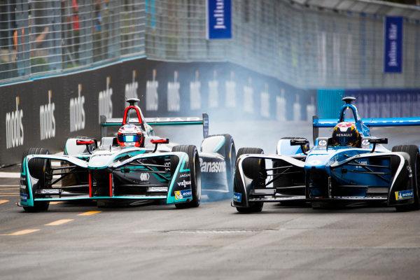 Mitch Evans (NZL), Panasonic Jaguar Racing, Jaguar I-Type II & Sebastien Buemi (SUI), Renault e.Dams, Renault Z.E 17.