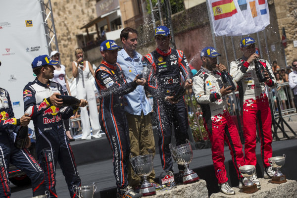 Thierry Neuville and Nicolas Gilsoul on the podium of Rally d'Italia Sardinia