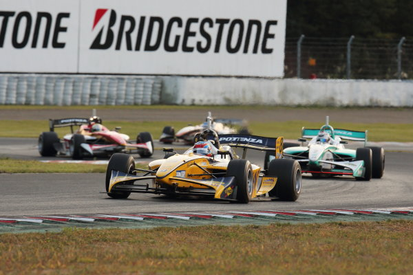 Sportsland Sugo, Japan. 28th - 29th September 2013. Rd 5. Winner Loic Duval ( #8 KYGNUS SUNOCO Team LeMans ) 2nd position Andre Lotterer ( #2 PETRONAS TEAM TOM'S ) action World Copyright: Yasushi Ishihara/LAT Photographic. Ref: 2013SF_Rd6_009