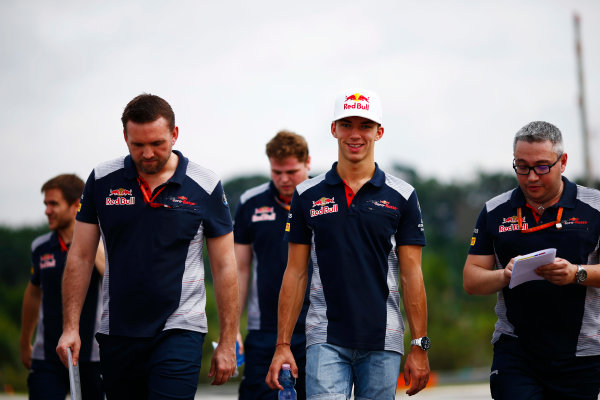 Sepang International Circuit, Sepang, Malaysia. Thursday 28 September 2017. Pierre Gasly, Toro Rosso, conducts a track walk with colleagues. World Copyright: Andy Hone/LAT Images  ref: Digital Image _ONZ8184