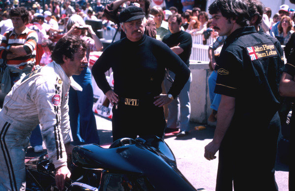 1978 United States Grand Prix West.Long Beach, California, USA.31/3-2/4 1978.Team Lotus boss Colin Chapman oversees things with driver Mario Andretti.Ref-78 LB 09.World Copyright - LAT Photographic
