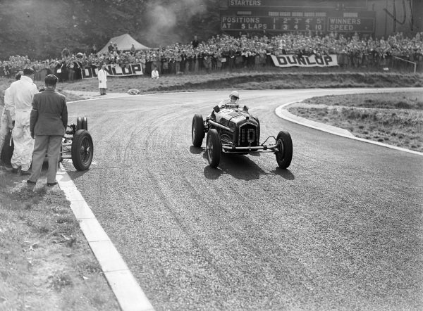 Kenneth Evans, Alfa Romeo, passes George Abecassis' abandoned Alta.