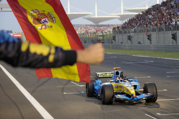 Fernando Alonso, Renault R25 celebrates his 7th victory of the season.