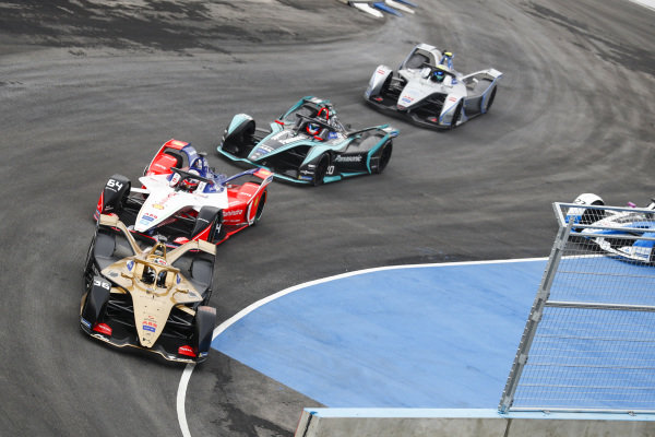Andre Lotterer (DEU), DS TECHEETAH, DS E-Tense FE19, leadsJérôme d'Ambrosio (BEL), Mahindra Racing, M5 Electro, Mitch Evans (NZL), Panasonic Jaguar Racing, Jaguar I-Type 3 as Alexander Sims (GBR) BMW I Andretti Motorsports, BMW iFE.18 goes wide off the track