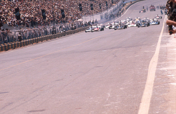 1973 Brazilian Grand Prix.Interlagos, Sao Paulo, Brazil.9-11 February 1973.Emerson Fittipaldi on the grid with teammate Ronnie Peterson (both Lotus 72D Ford's) and Jacky Ickx (Ferrari 312B2) on the front row at the start.Ref-73 BRA 23.World Copyright - LAT Photographic