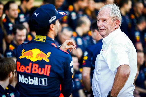 Yas Marina Circuit, Abu Dhabi, United Arab Emirates. Sunday 26 November 2017. Daniel Ricciardo, Red Bull Racing, and Helmut Markko, Consultant, Red Bull Racing. World Copyright: Andy Hone/LAT Images  ref: Digital Image _ONY2595