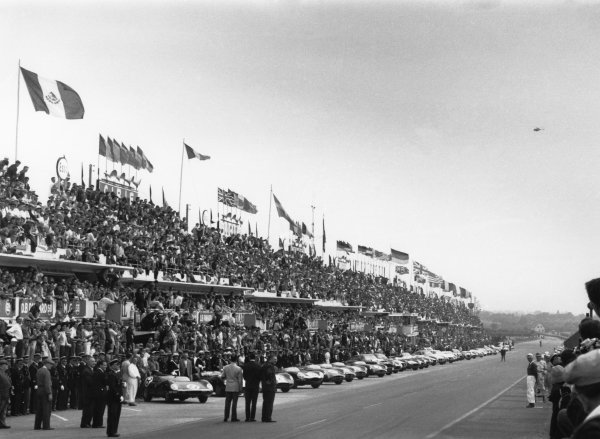 Le Mans, France. 20th - 21st June 1959 Drivers prepare to run to their cars at the start of the race, action. World Copyright: LAT Photographic Ref: 580 - 21A.