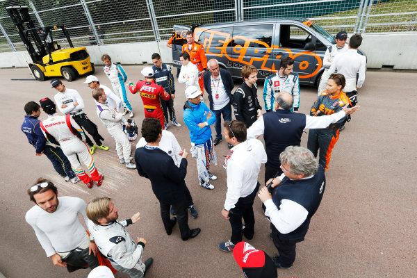 2014/2015 FIA Formula E Championship. London e-Prix, Battersea Park, London, UK. Saturday 27 June 2015. The drivers at the first corner as a new chicane is put in. World Copyright: Zak Mauger/LAT Photographic/Formula E. ref: Digital Image _L0U7720