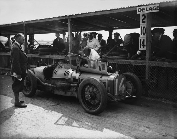 1926 British Grand Prix. Brooklands, Great Britain. 7th August 1926. Robert Senechal/Louis Wagner (Delage 155B), 1st position, in the pits, action.  World Copyright: LAT Photographic. Ref:  Autocar Glass Plate A6539.