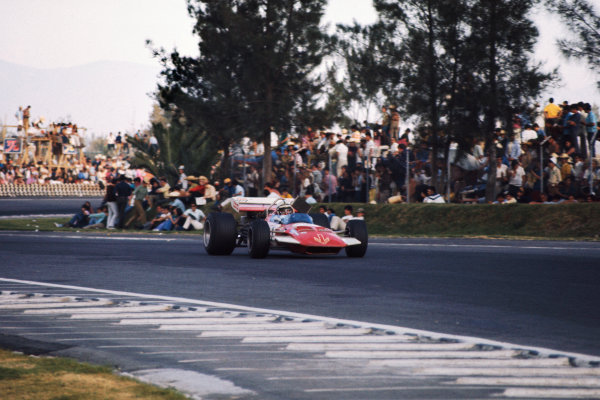 1970 Mexican Grand Prix.  Mexico City, Mexico. 23-25th October 1970.  John Surtees, Surtees TS7 Ford.  Ref: 70MEX14. World copyright: LAT Photographic