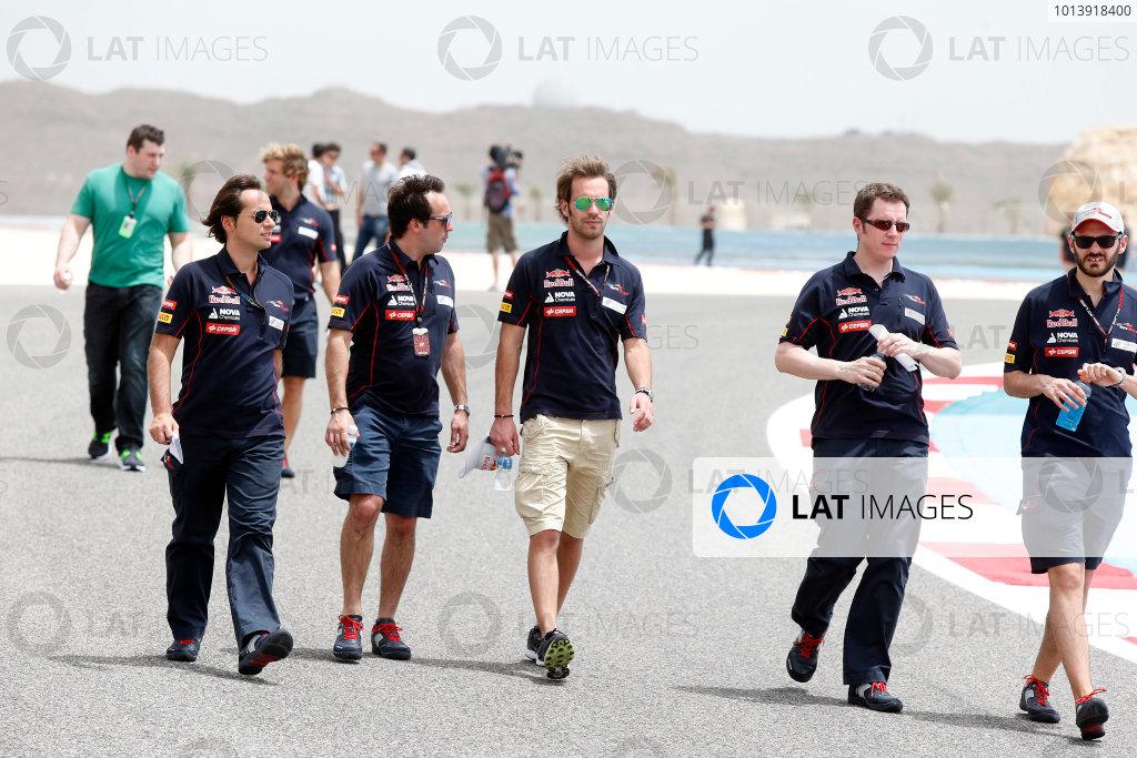Bahrain International Circuit, Sakhir, Bahrain Thursday 18th April 2013 Jean-Eric Vergne, Toro Rosso, walks the track with Toro Rosso team members. World Copyright: Charles Coates/LAT Photographic ref: Digital Image _N7T7958
