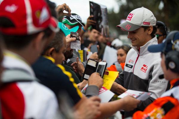 Autodromo Hermanos Rodriguez, Mexico City, Mexico. Thursday 27 October 2016. Esteban Gutierrez, Haas F1, signs autographs for fans. World Copyright: Andrew Hone/LAT Photographic ref: Digital Image _ONY9475