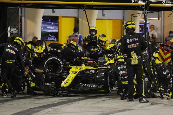 Esteban Ocon, Renault R.S.20, in the pits