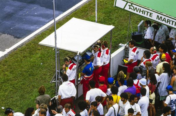Ayrton Senna stand son the McLaren pitwall with Steve Nichols, Gordon Murray, and Neil Oatley.