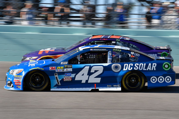 Monster Energy NASCAR Cup Series Ford EcoBoost 400 Homestead-Miami Speedway, Homestead, FL USA Sunday 19 November 2017 Kyle Larson, Chip Ganassi Racing, Credit One / DC Solar Chevrolet SS and Denny Hamlin, Joe Gibbs Racing, FedEx Express Toyota Camry World Copyright: Rusty Jarrett LAT Images