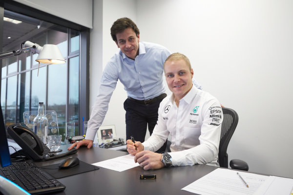 Mercedes F1 Driver Announcement Mercedes AMG Factory, Brackley, UK Monday 16 January 2017 Valtteri Bottas signs his contract as the new Mercedes AMG F1 driver for 2017. World Copyright: Steve Etherington/LAT Photographic ref: Digital Image EW4P2907