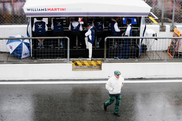 Sir Jackie Stewart, 3-time F1 Champion, and Felipe Massa, Williams Martini Racing, at the Williams pit wall.